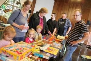 Gäste auf der mobilen Spielzeugbörse in Dortmund-Eving